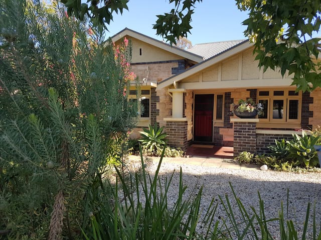"""""""Two Birds"""" Adelaide Bungalow Apartment -near city"""