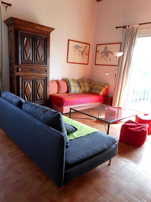 côté droit de la pièce principale - 1 lit 1 personne (rouge)