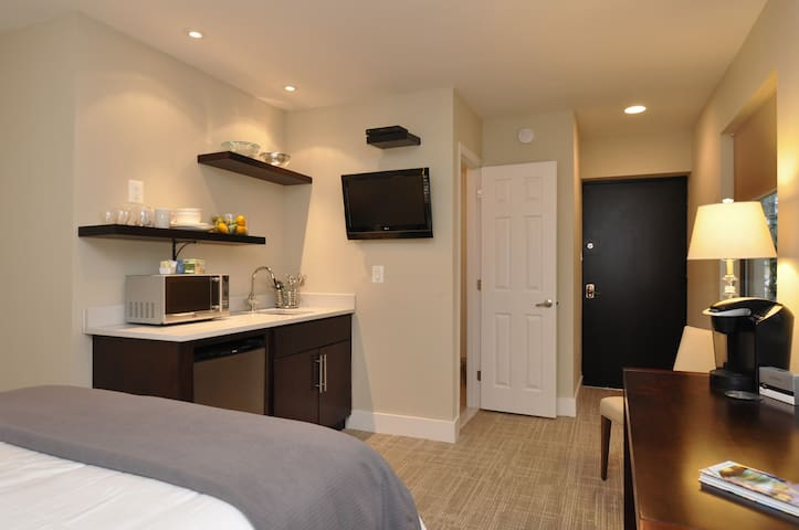 Dupont Circle en suit room with kitchenette