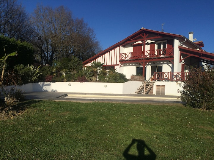 magnifique villa face aux montagnes avec piscine