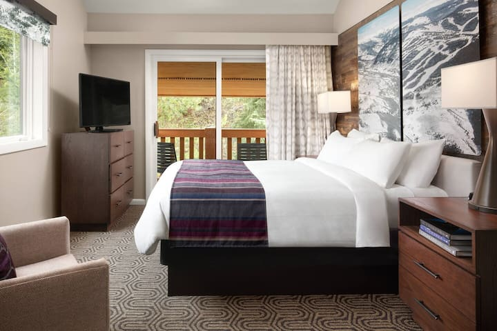 1 Queen bed in bedroom (Marriott site states room images may not correspond to the actual room received)