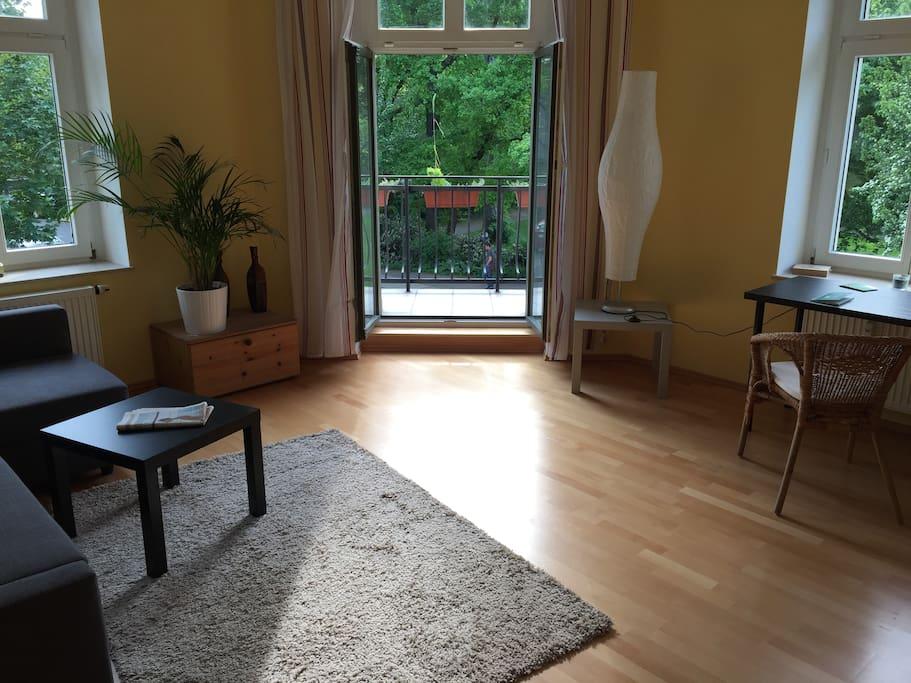Zimmer mit Zugang zu Balkon