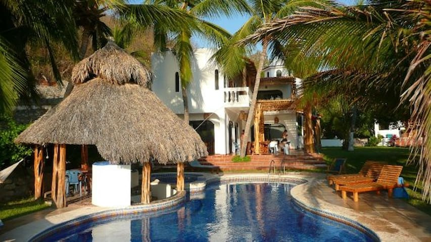 Beautiful Beachfront Villa with Private Pool - Cuastecomate