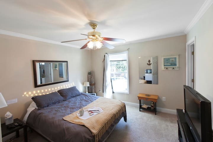 Downtown Beach Room|FREE PARKING|Private Bathroom