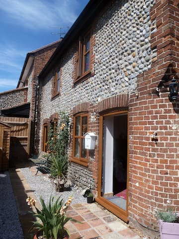 2 bedroom Flint cottage - Northrepps - House