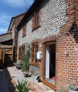 2 bedroom Flint cottage - Northrepps