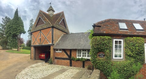 Charming Dovecote  near Petworth