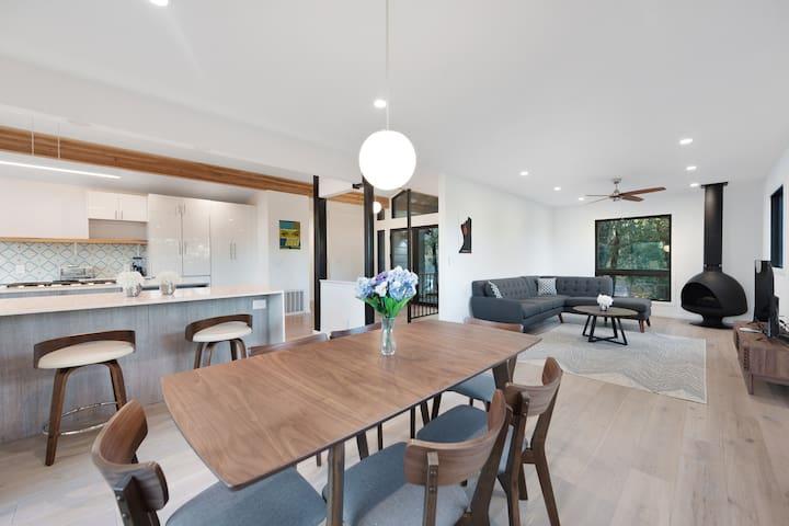 Stunning modern home w/ pool, decks & gourmet kitchen - near spas & wineries!