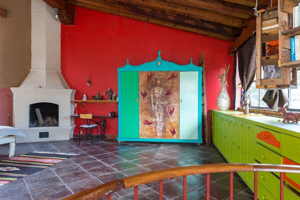 Otra vista de la chimenea y closet- arte objeto