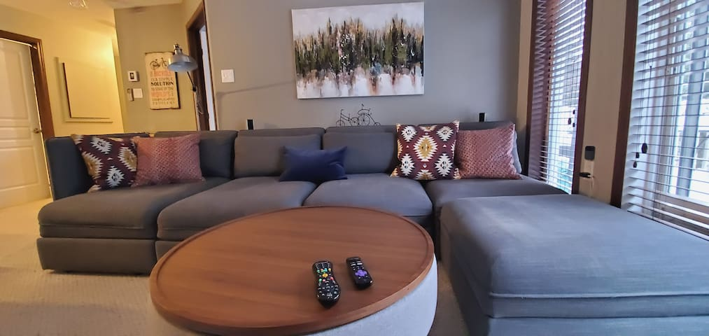 1 Br Condo/king bed/wifi/parking/fireplace + wood