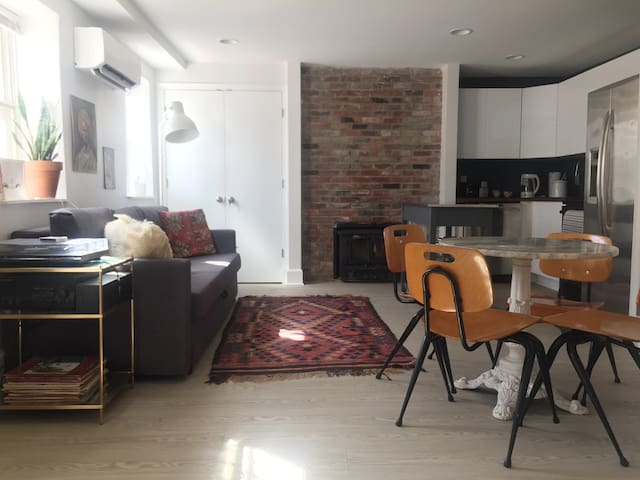 Charming rowhouse apartment in hip Shaw