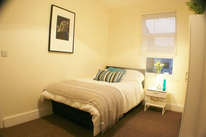 En suite room, Central Bp's Stortfd - Hertfordshire - House