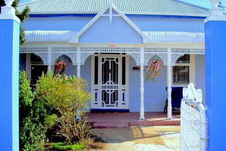 ELLA'S PLACE - Historic Miners Cottage