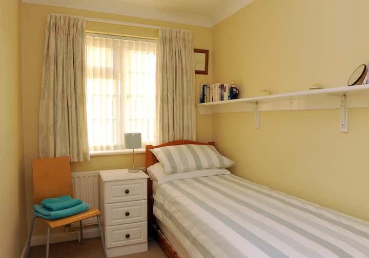 Comfortable room with single bed