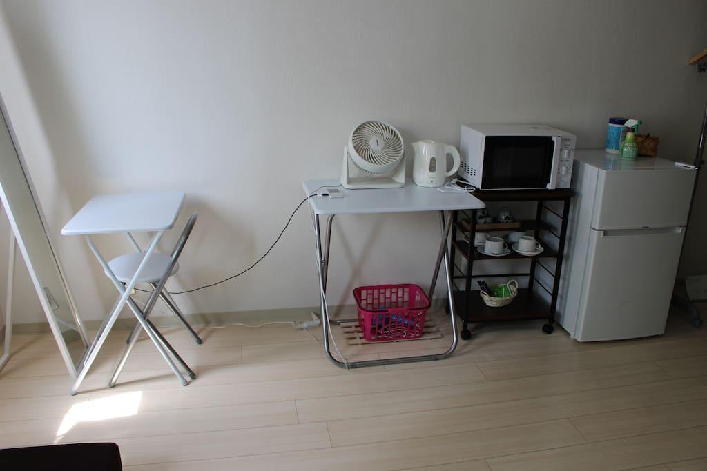 2/20【居室】冷蔵庫、電子レンジ、全身鏡、ヘアドライヤー、給湯ポット、サーキュレーター、Pocket Wi-fi、