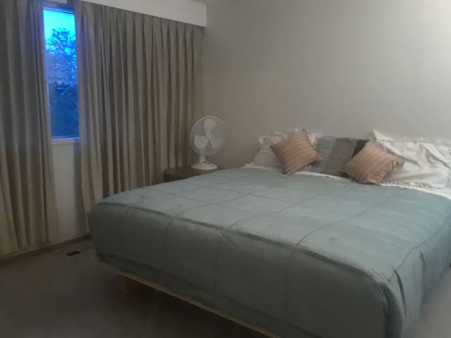 Large Room w/ King Bed in Central Victoria