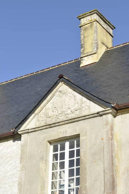 Le Château de Brix conserve encore les armoiries des derniers propriétaires