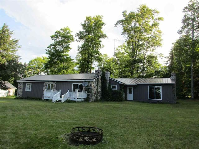 STONE COTTAGE: WIFI-CABLE-near Tahquamenon Falls!