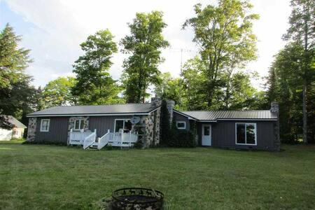 STONE COTTAGE: 4 bedrooms/2 bathrooms, 2 kayaks, pontoon boat (when available)