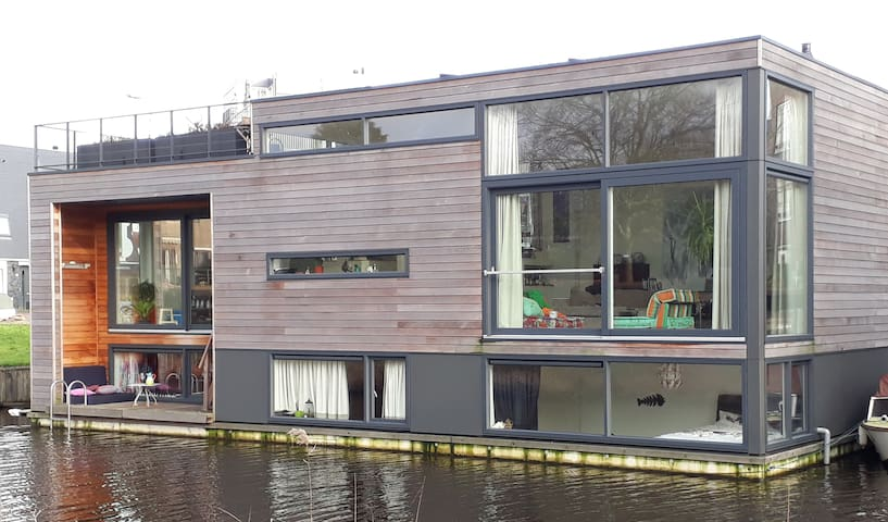 Floating villa, private room, shared kitchen.
