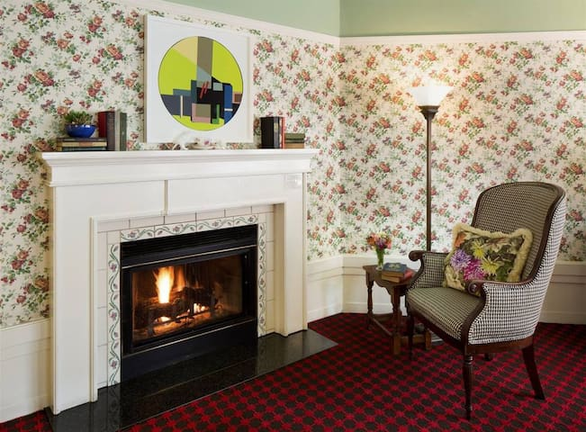 White Swan Inn - Deluxe Queen with Fireplace