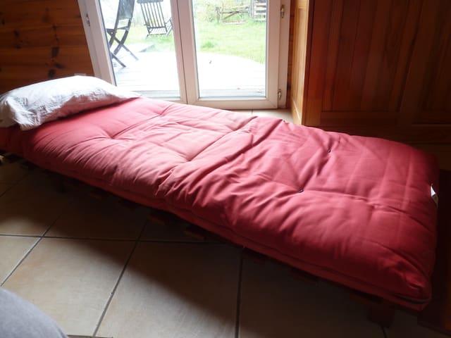 Le fauteuil-futon déplié en lit une place.