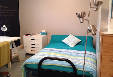 Bright & Spacious - Master Bedroom - Kingston - Huis