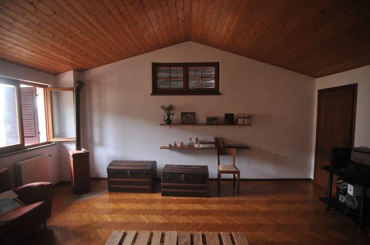 camera in mansarda con stufa a legna per prenotazioni sopra 4 persone