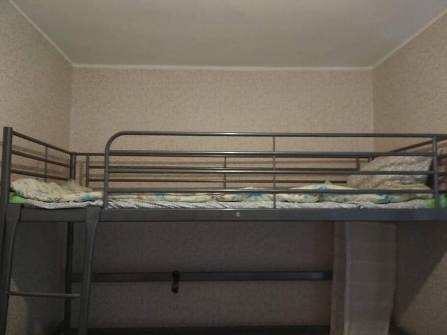 В комнате 2 кровати, одна из них - кровать-чердак.