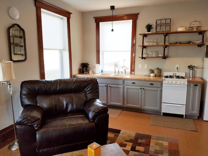 Discount w/extended stay, charming 1 bdrm w/deck.