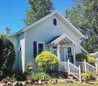 The Schoolhouse - Historic Remodeled Rural Retreat