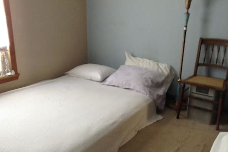 Full size mattress on floor for Weekday Commuter - Poughkeepsie - Bed & Breakfast