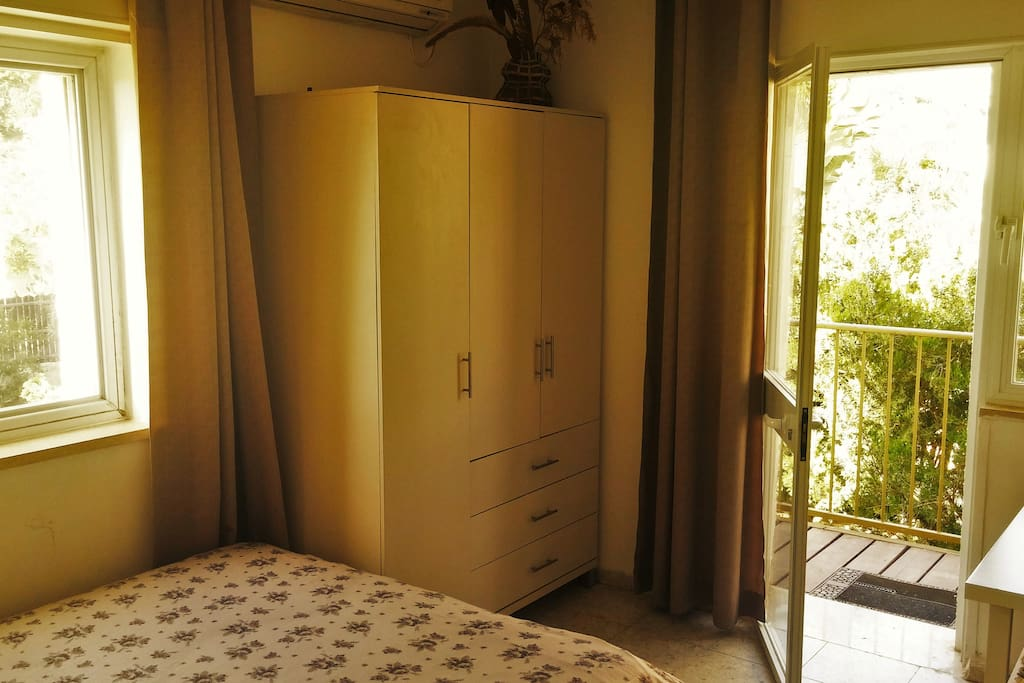 There is a double bed (140 cm) in the first room.