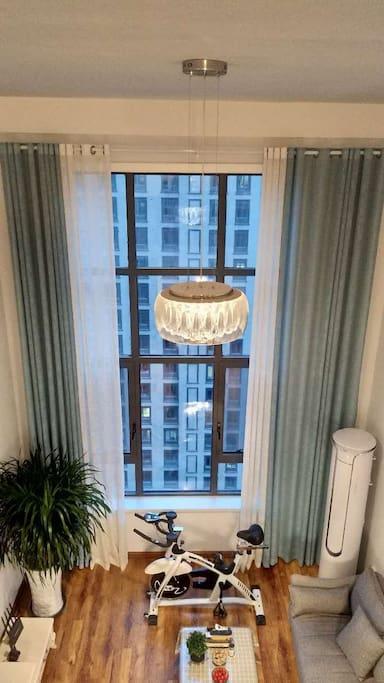 loft客厅全景,水晶吊灯可调节,比较浪漫