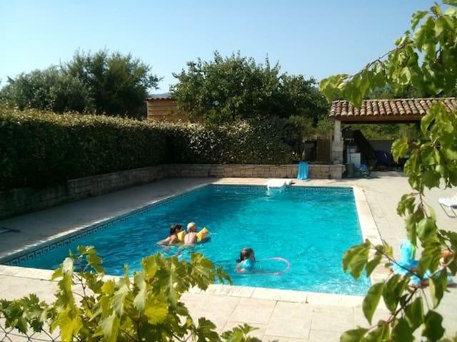 Petit mas provençal avec piscine en pleine nature