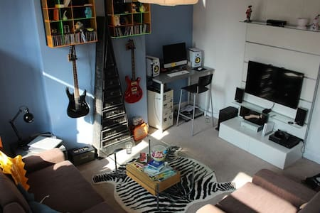 Quirky and fun house - Near to tube - Larger Room - London