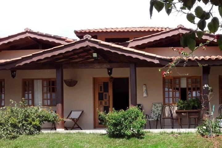 Casa aconchegante em condomínio em Piracaia