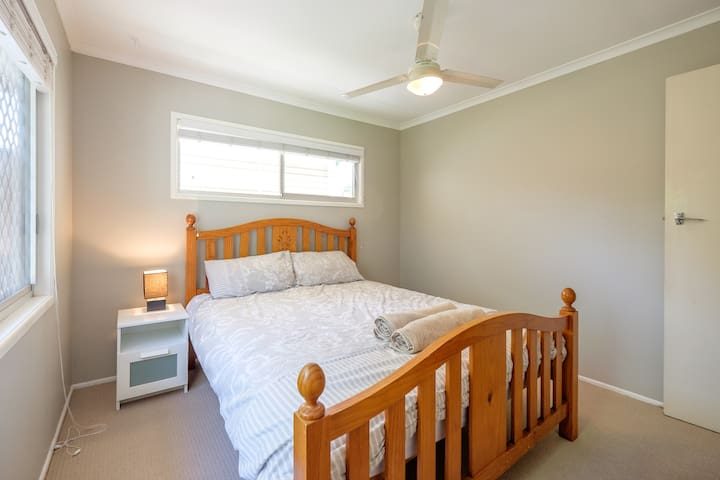 Private room close to shops and transport - Everton Hills - Dom