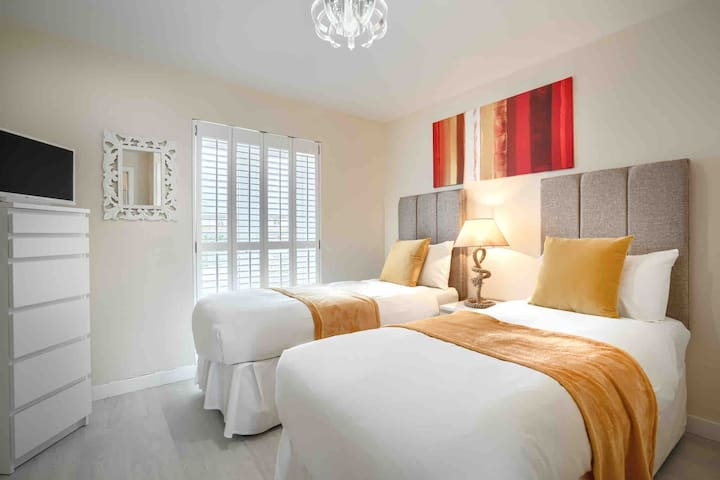 Our beautiful twin bedroom which can be made into a kingsize bed if required with another en-suite bathroom and smart tv with built in DVD player