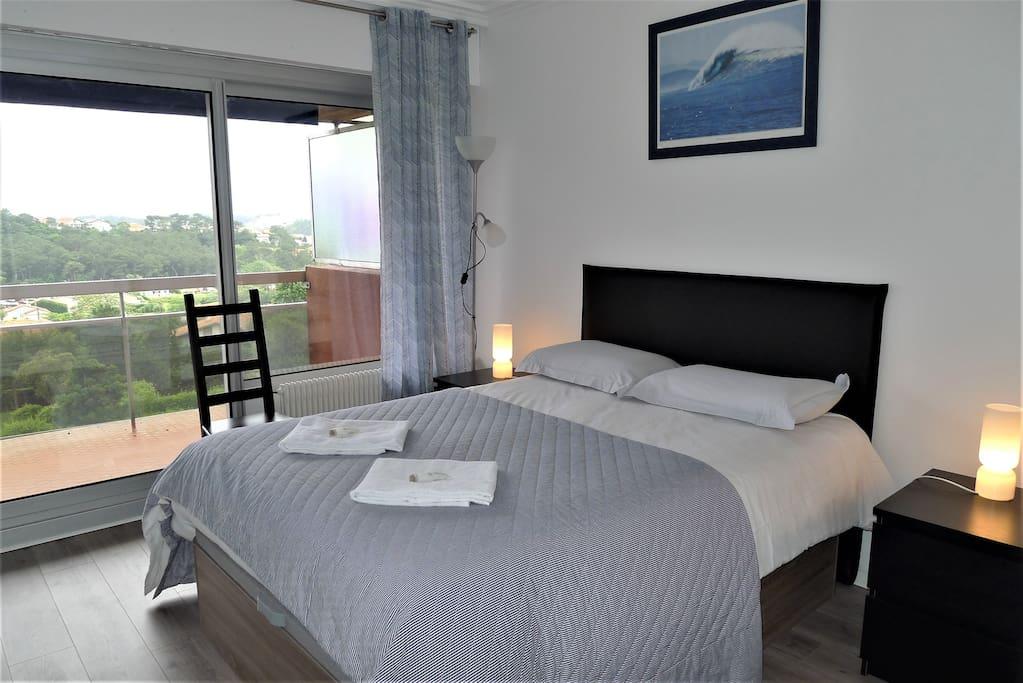 Chambre 1 lit double 140x190 avec accès terrasse côté Mer
