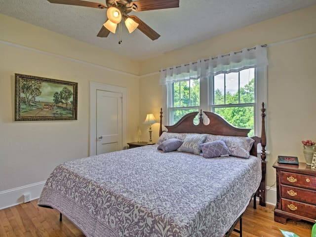 Charming Mountain Cottage with King Bed
