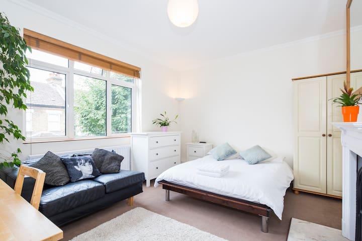 Executive Large Double Bedroom, Study & Lounge