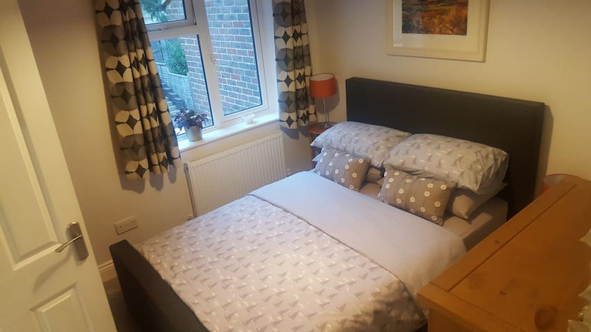 DOUBLE BEDROOM WITH EN SUITE AND OFF ROAD PARKING