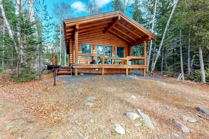 Lakefront cabin with/ wood stove, outdoor firepit, and beautiful views!