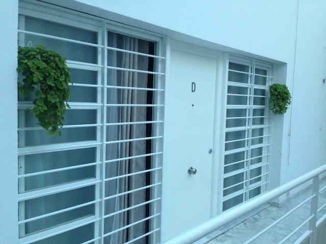 Portón de entrada a Caracol Azul. Blindado.
