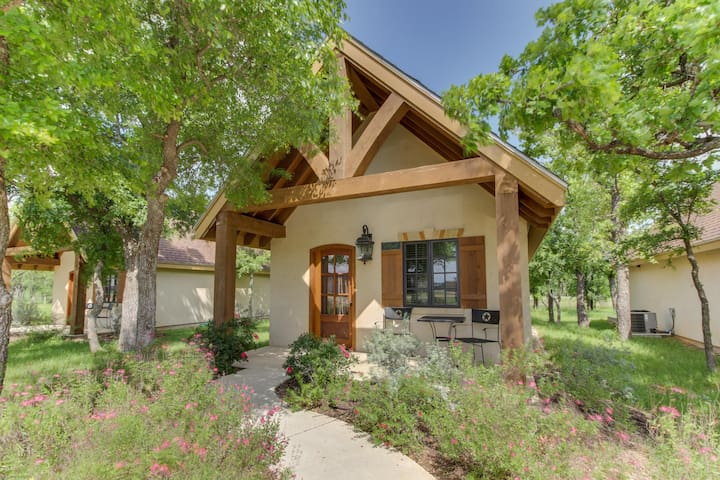 Private cottage with a deck & great access to tasting rooms!