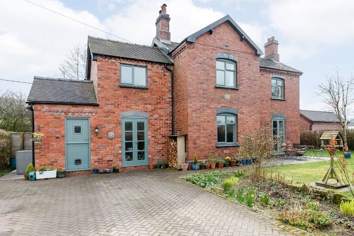 Canal side cottage in ideal rural setting
