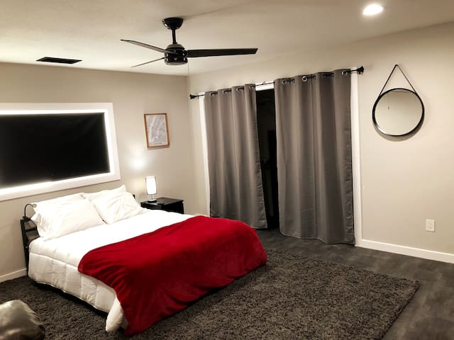 Modern Private Bedroom+Queen Bed w/Walk-in Shower