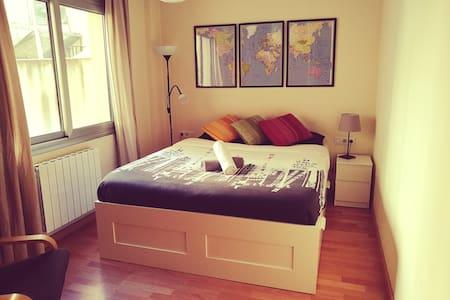 Bcn king size bedroom, private bath Sants Camp Nou