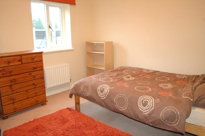 Bright clean double in flat in Brixton + parking